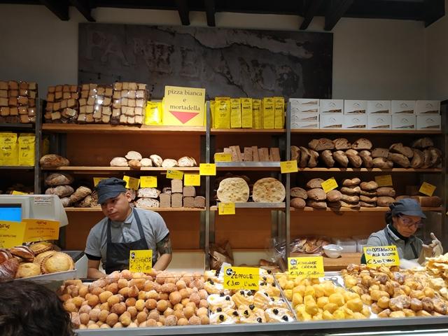 Il bancone dell'antico forno Roscioli