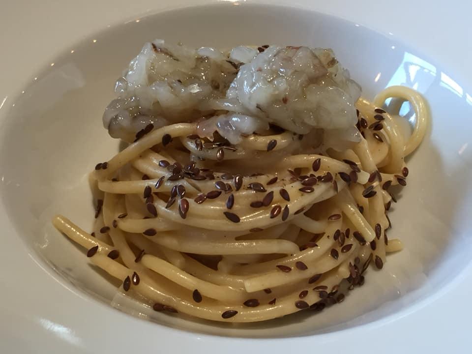 Calvi ad Altamura, spaghettone con burro alle nocciole, mazzancolle, semi di lino