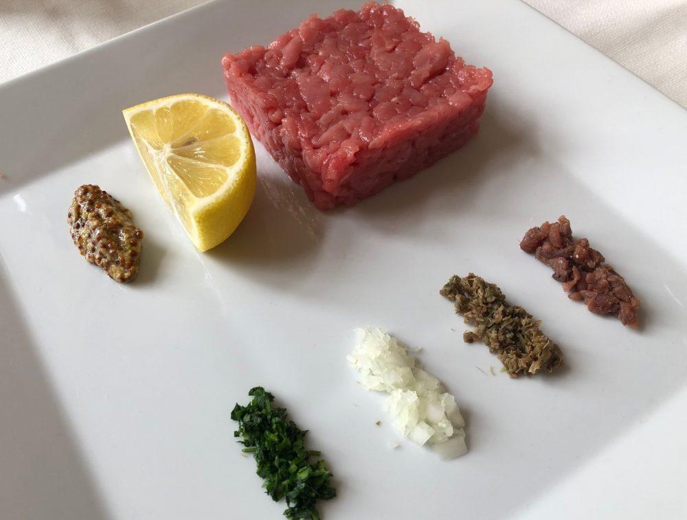 Trattoria Visconti, tartare con prezzemolo, cipolla, capperi, acciughe e senape in grani
