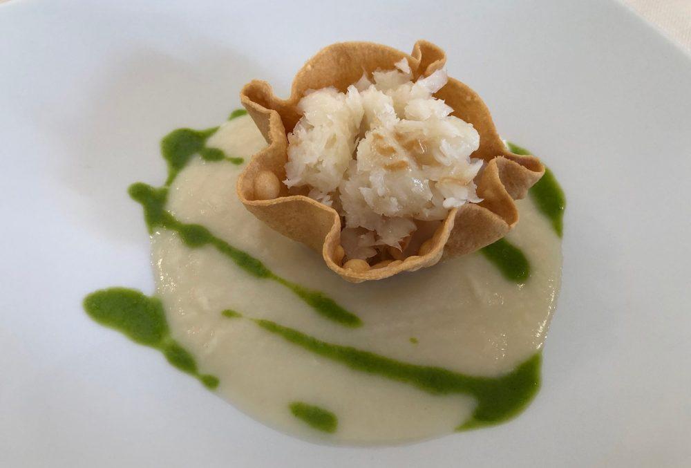 Crema tiepida di sedano rapa con cialda croccante e halibut al vapore