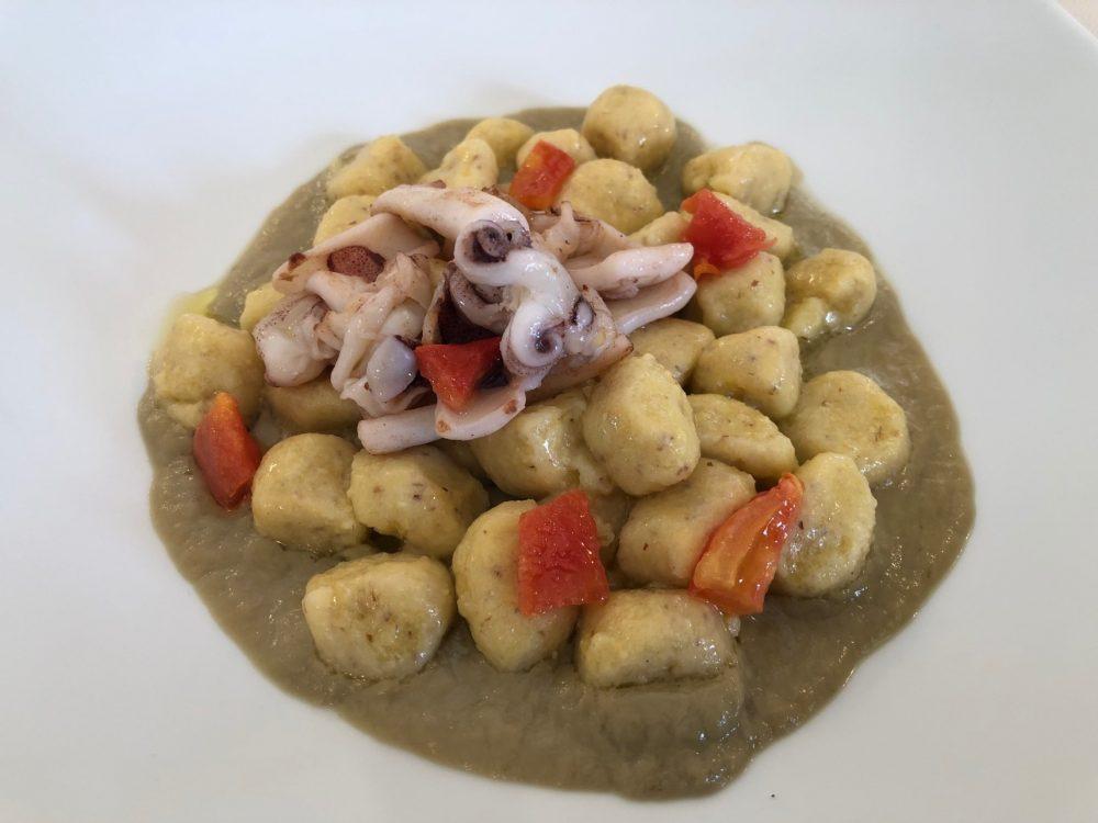 Gnocchi di polenta con crema di carciofi, calamaretti e pomodori confit