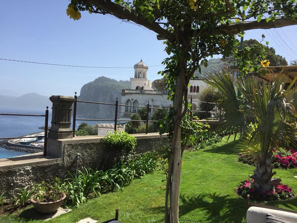 Uno scorcio di Capri dal giardino di Villa Marina — presso Villa Marina Capri Hotel & Spa