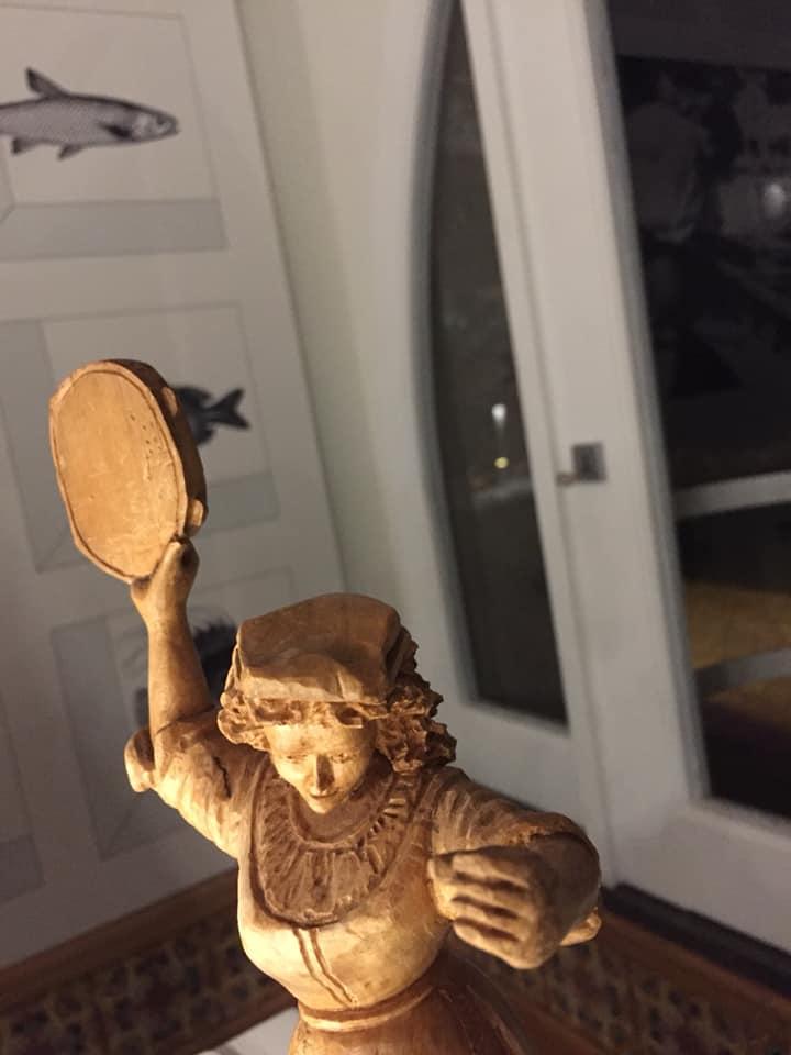 Taverna del Capitano, le statuine di legno ai tavoli