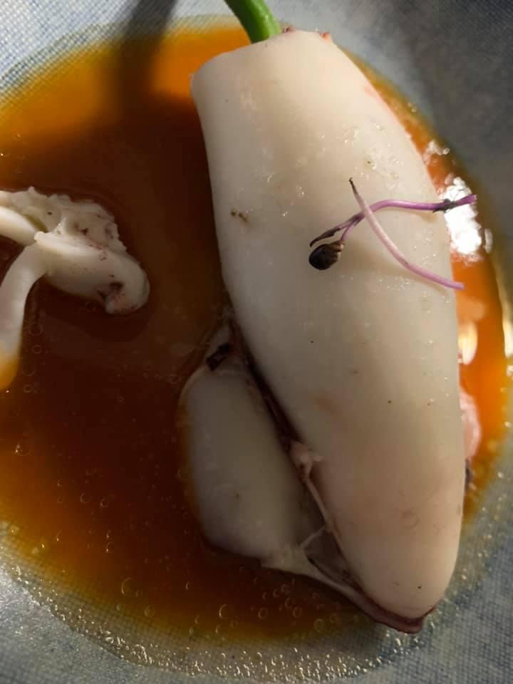 Taverna del Capitano - Calamari ripieni di fiori di zucca su salsa di scorfano
