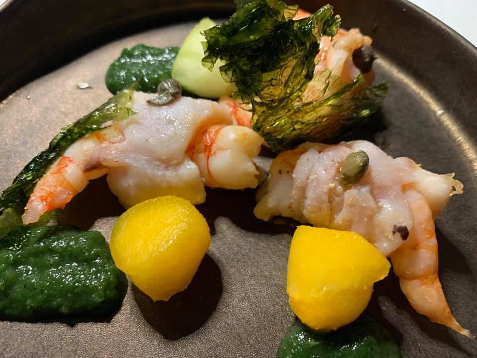Taverna del Capitano -Gamberi avvolti in filetti di sarago con crema di cappeti e pesche
