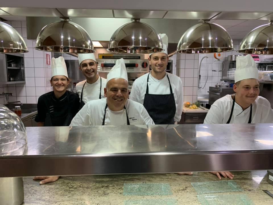 Alfonso Caputo e lo staff d cucina