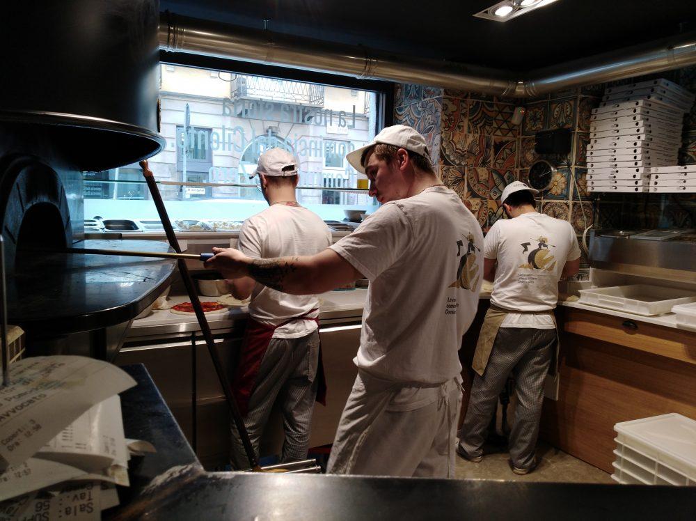 Pizzeria DaZero a Milano Pizzaioli al lavoro