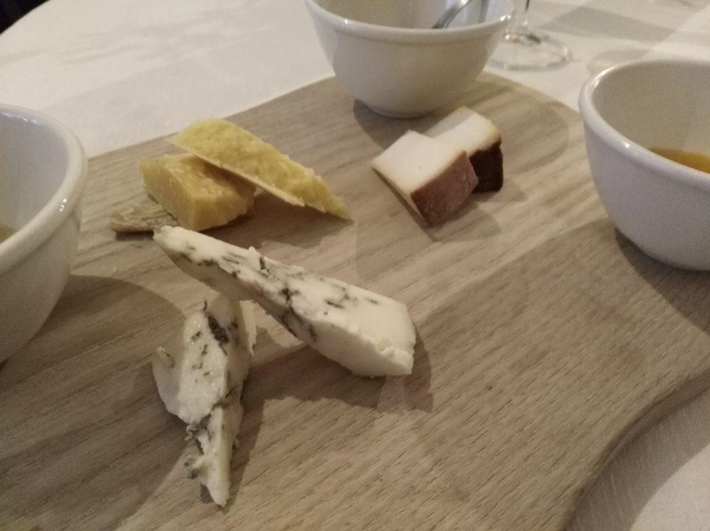 Ristorante La Piazza Selezione di formaggi vari con marmellata di negroamaro, al mandarino e miele albanese