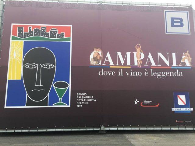 La giganyografia con il logo di Mimmo Paladino all'esterno del Padiglione Campania al Vinitaly