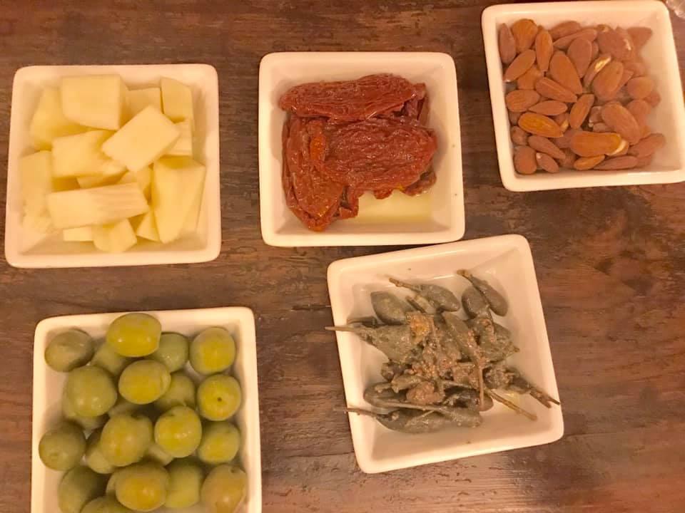 Hotel Signum. Aperitivo siciliano con cucunci, pomodori secchi, mandorle fresche e ragusano