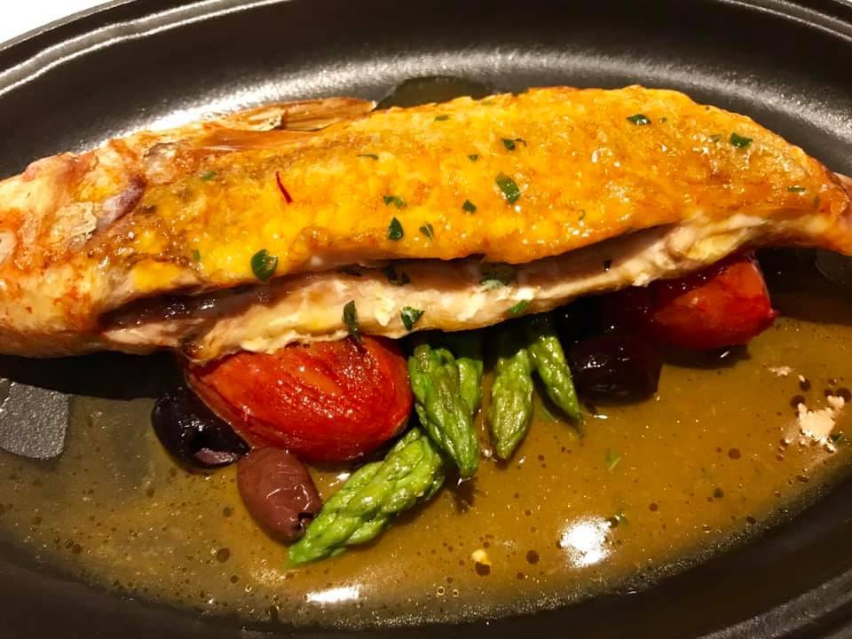 Cocotte, triglia in bouillabbasse di scorfano, pomodoro confit e olive infornate