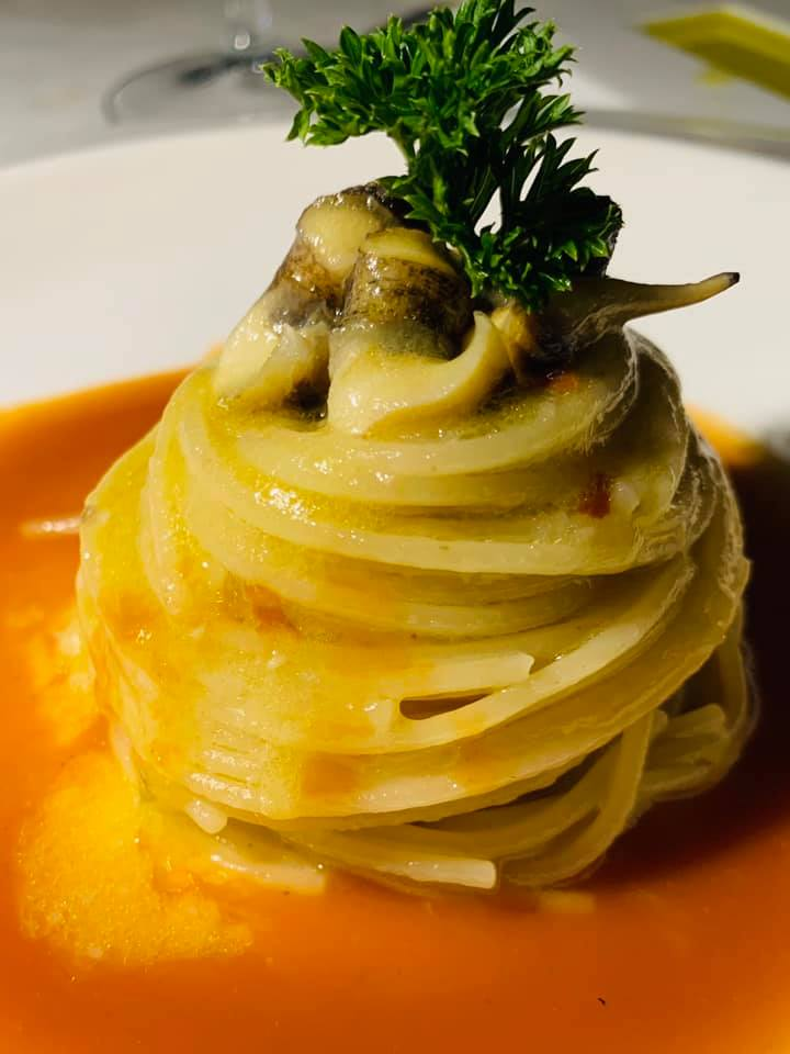 San Pietro Bistrot Ostriche di San Michele Spaghettino aglio e olio con scunvigli su zuppa di pesce