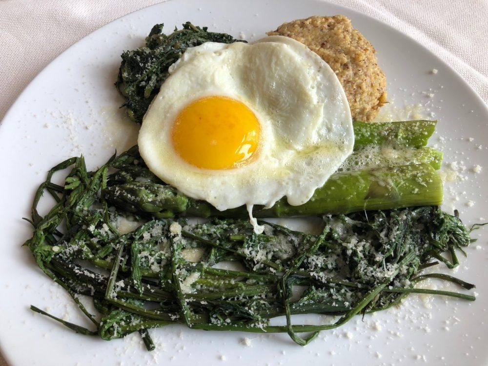 Erbe, asparagi, polenta e uova