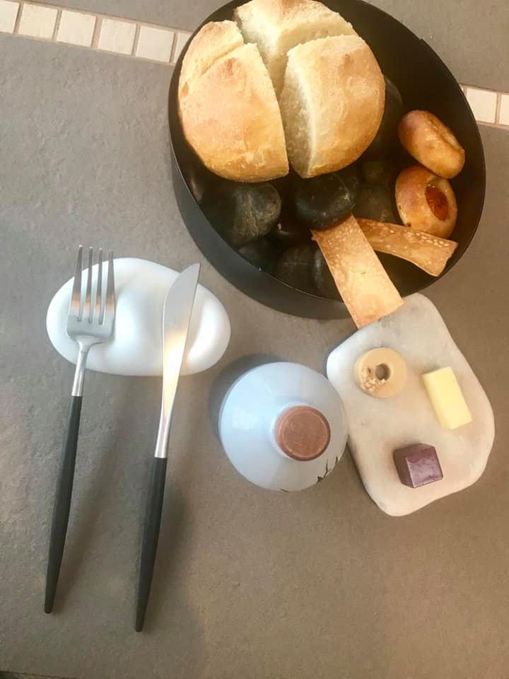 Memorie di Felix Lo Basso - pane, burro salato, alla barbabietola e alla nocciola, olio e grissini
