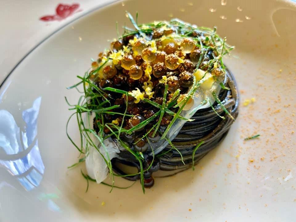 Osteria Gucci Massimo Bottura. Spaghetti al nero con crudo di seppia e uova di trota