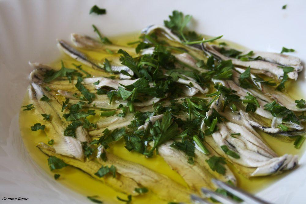 Alici aglio, olio, peperoncino, sale e prezzemolo