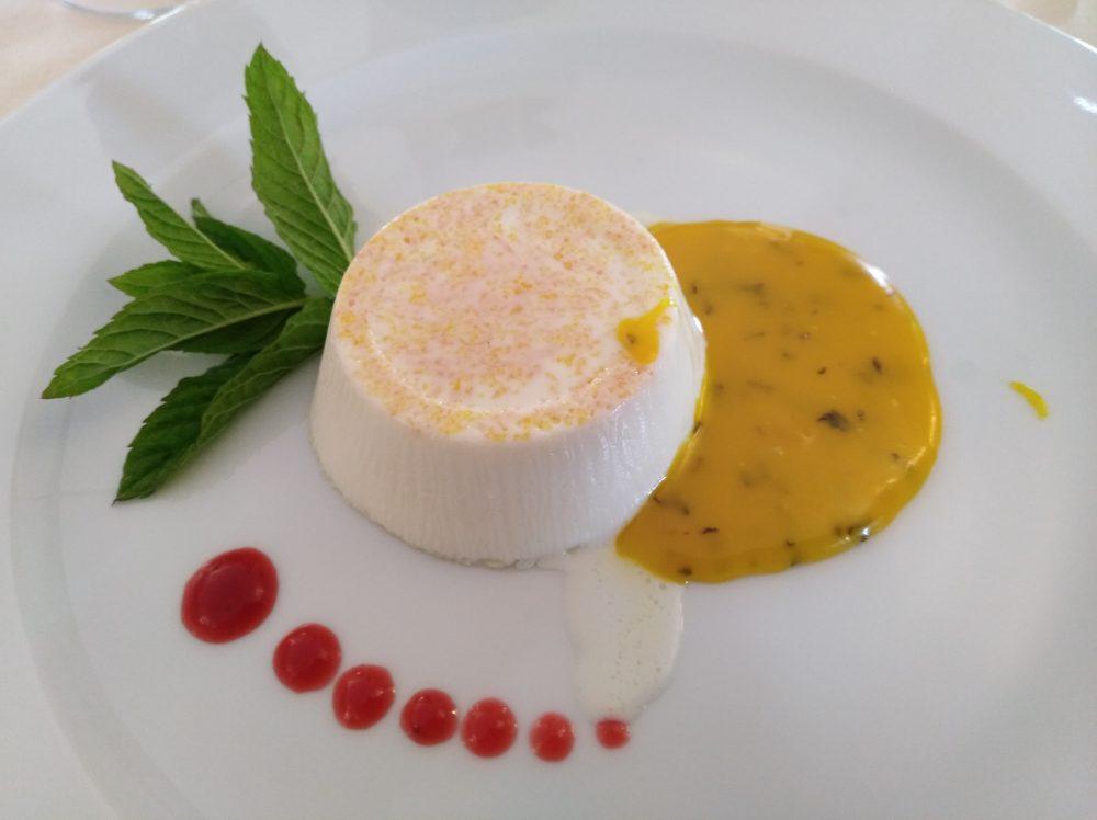 Iumara - Panna cotta di bufala con salsa al cioccolato bianco, zafferano e menta