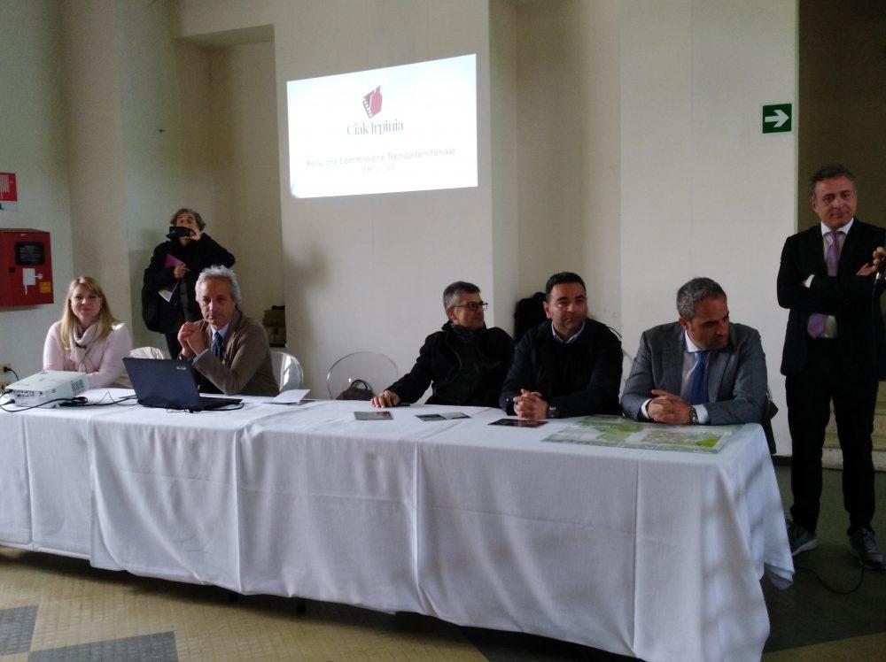 Ciak Irpinia - tavolo dei relatori con Milena Pepe, Professore Luigi Moio, Professore Piero Mastroberardino e Stefano Di Marzo in piedi
