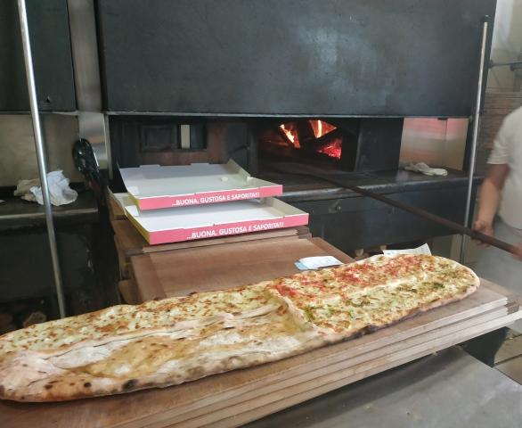 Da Gigino Pizza a Metro - la pizza appena sfornata