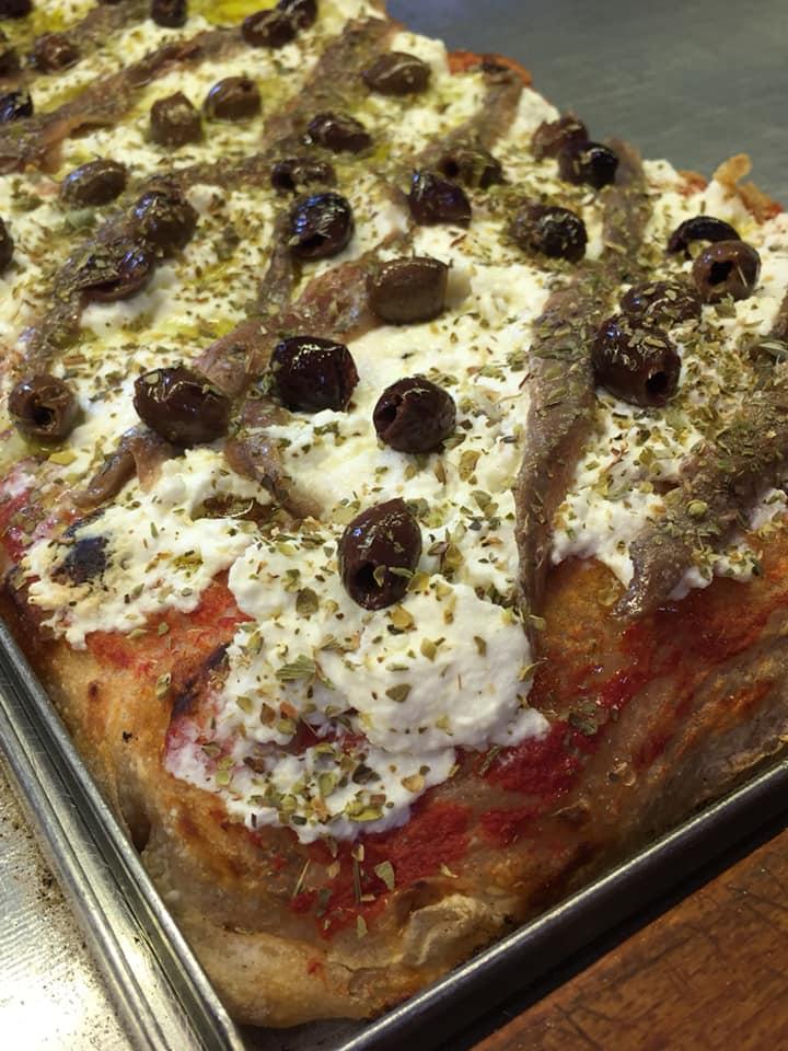 Lievito Pizza, Pane, una delle pizze al banco