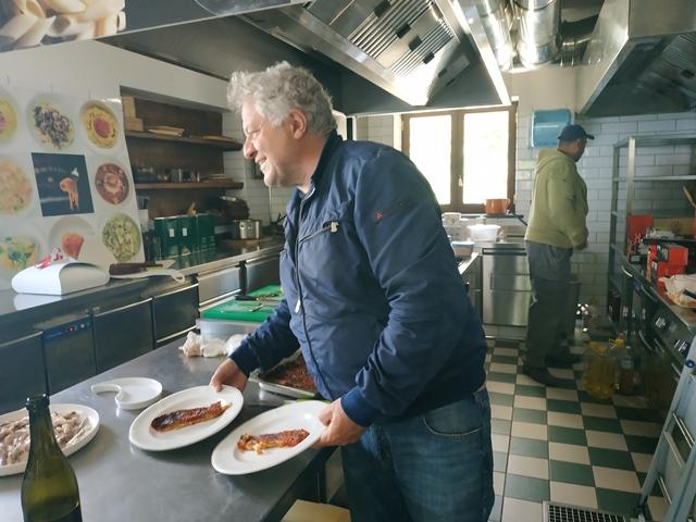 Lo chef Peppe Guida in cucina