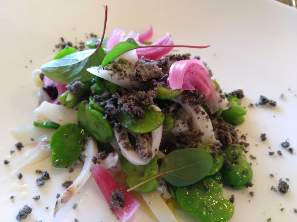 Ristorante Alessandro Feo Insalatina di seppia e fave su crumble nero e foglie di cipolla croccante in agrodolce