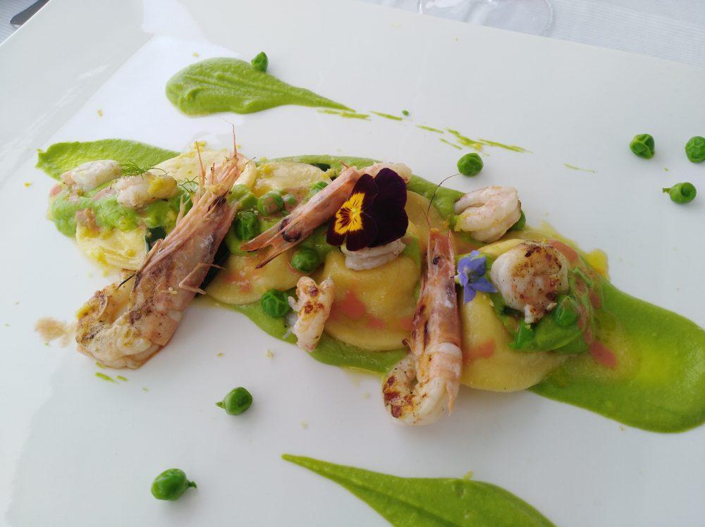Ristorante Melchio' - Ravioli ripieni di ricottta d'Agerola, crema di piselli, gamberi grigliati e limone grattugiato