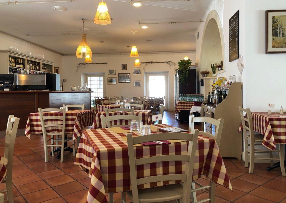 La sala da pranzo, pulita, luminosa, accogliente, con i tavoli ben distanziati
