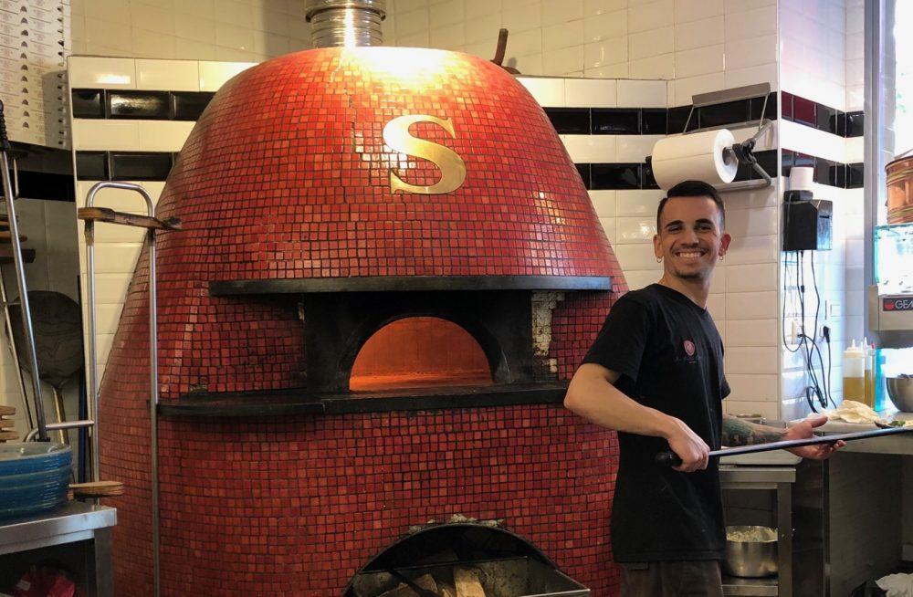 La bocca da fuoco e quella sorridente del pizzaiolo