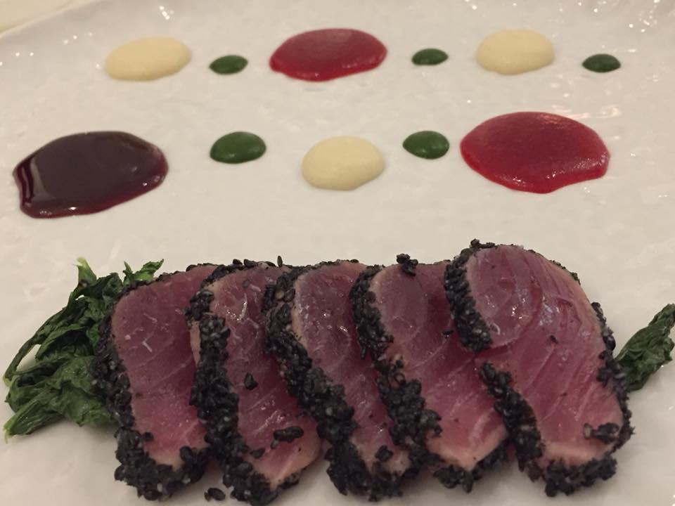 Don Alfonso 1890, tonno in crosta di sesamo nero, salsa di cipolle rosse, rafano e prezzemolo