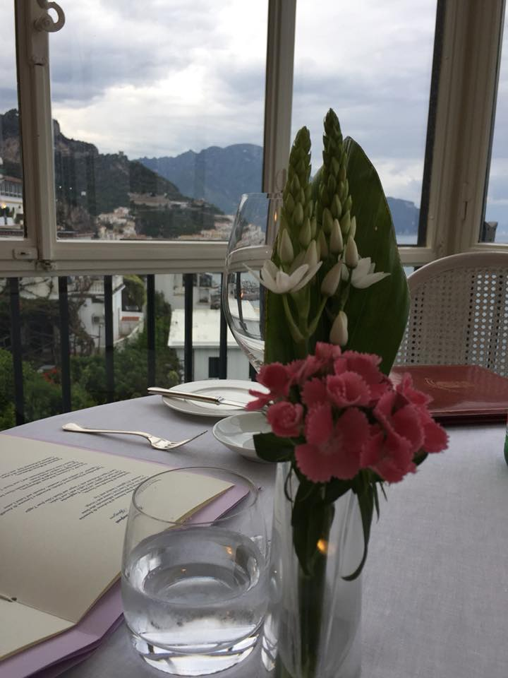 Il Glicine, Hotel Santa Cateria Amalfi, uno scorcio di Amalfi dal tavolo