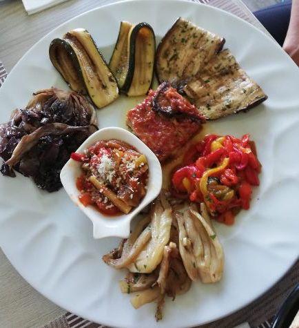 Pizz e Maccarun . Antipasto vegetariano con prodotti dell'orto, focaccia, sale ed olio evo