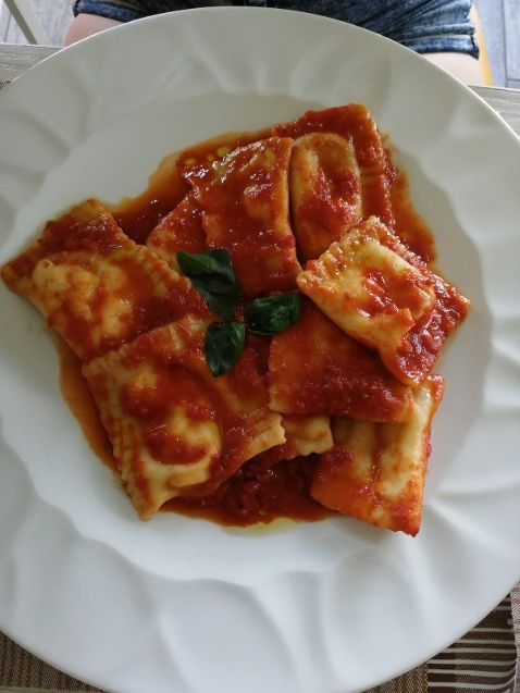 Pizz e Maccarun Ravioli fatti in casa con ricotta e sugo al pomodoro