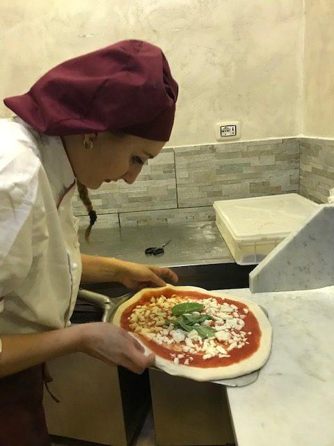 Pizzeria Friggitoria Mary Rose - preparazione della pizza