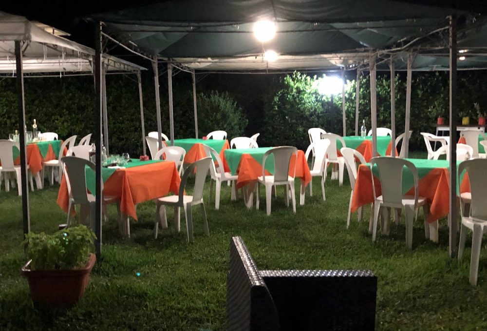I tavoli in giardino, valore aggiunto nelle calde sere estive