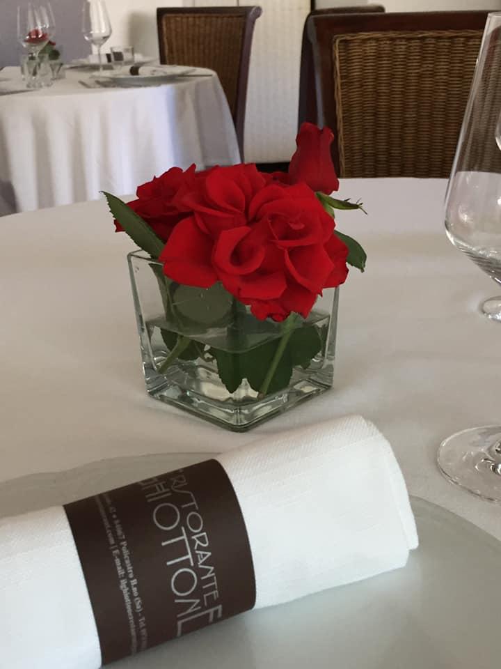 Il Ghiottone, rose rosse ai tavoli