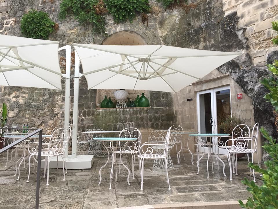 Ristorante Regiacorte a Matera, i tavoli all'esterno
