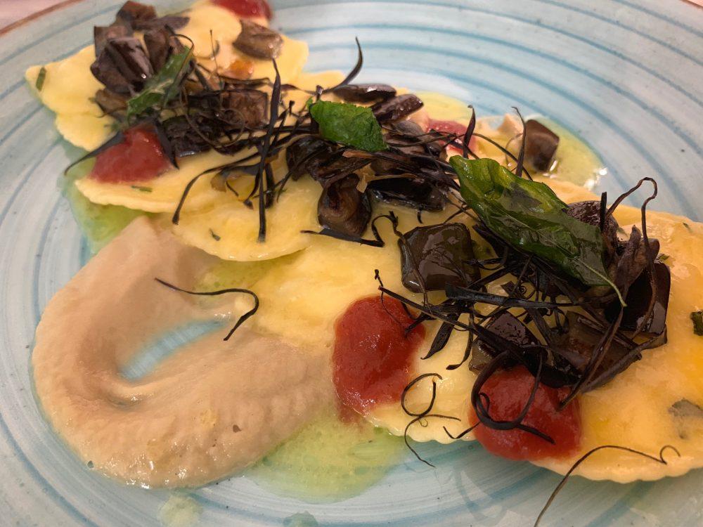 Suscettibile - ravioli con crema di melanzane e pomodorini