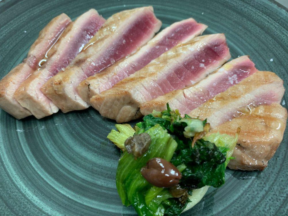 Suscettibile - ventresca di tonno alla griglia con scarola alla napoletana