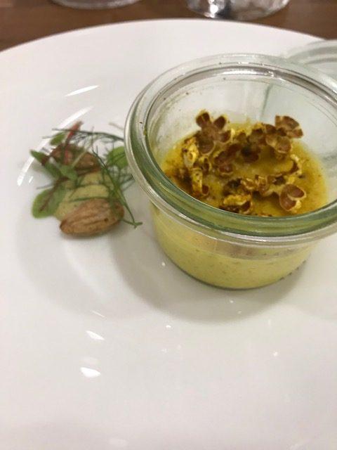 Agape Ristorante - Creme brulèe al curry con popcorn salato, emulsione di limone e mandorle tostate