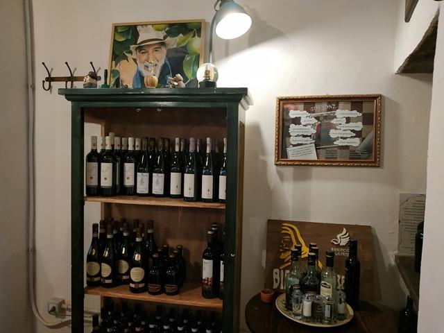Alla Via di Mezzo - un angolo della sala dedicato al vino