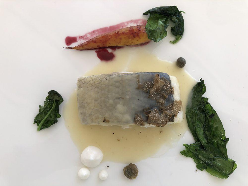 Le Lampare al Fortino, Branzino cotto al sale con carota in agrodolce, capperi, maionese al rafano, il tutto abbinato con una salsa di pesce al tartufo nero e sue scaglie
