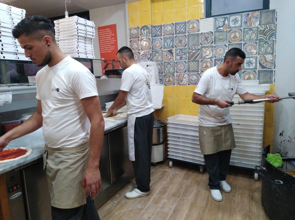 Pizzeria Da Zero Vallo Pizzaioli al lavoro