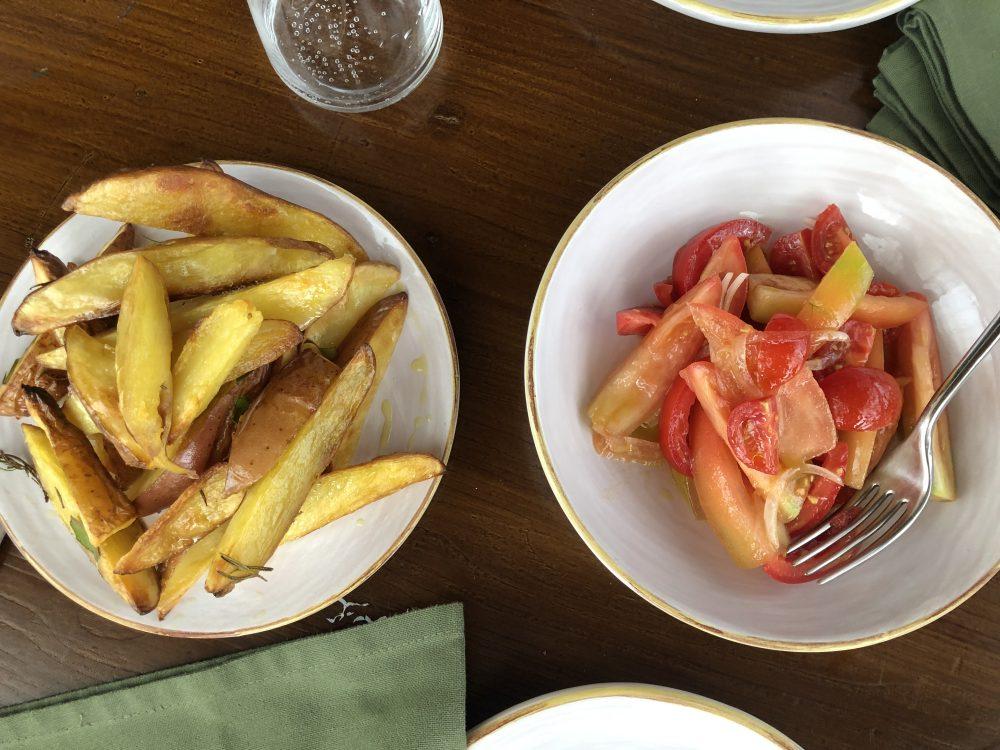 Roots, pomodori e cipolle, patate al forno