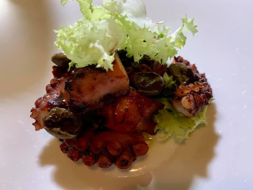 Aquadulcis, polpo in doppia cottura con burrata, scarole e olive ammaccate Salella