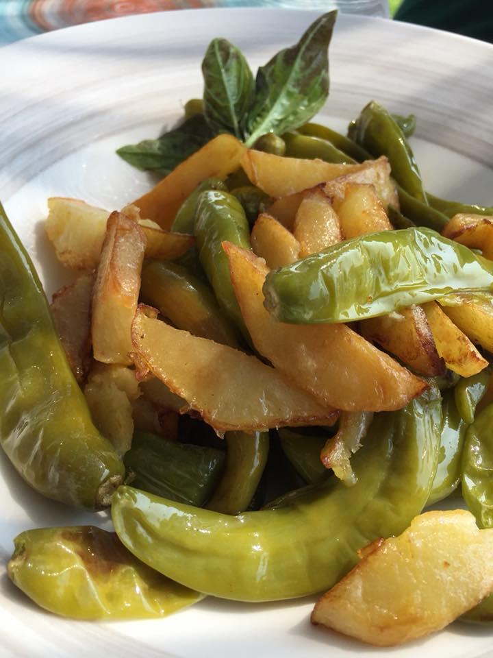 Oleandri Beach Club, patate e peperoncini verdi dell'orto