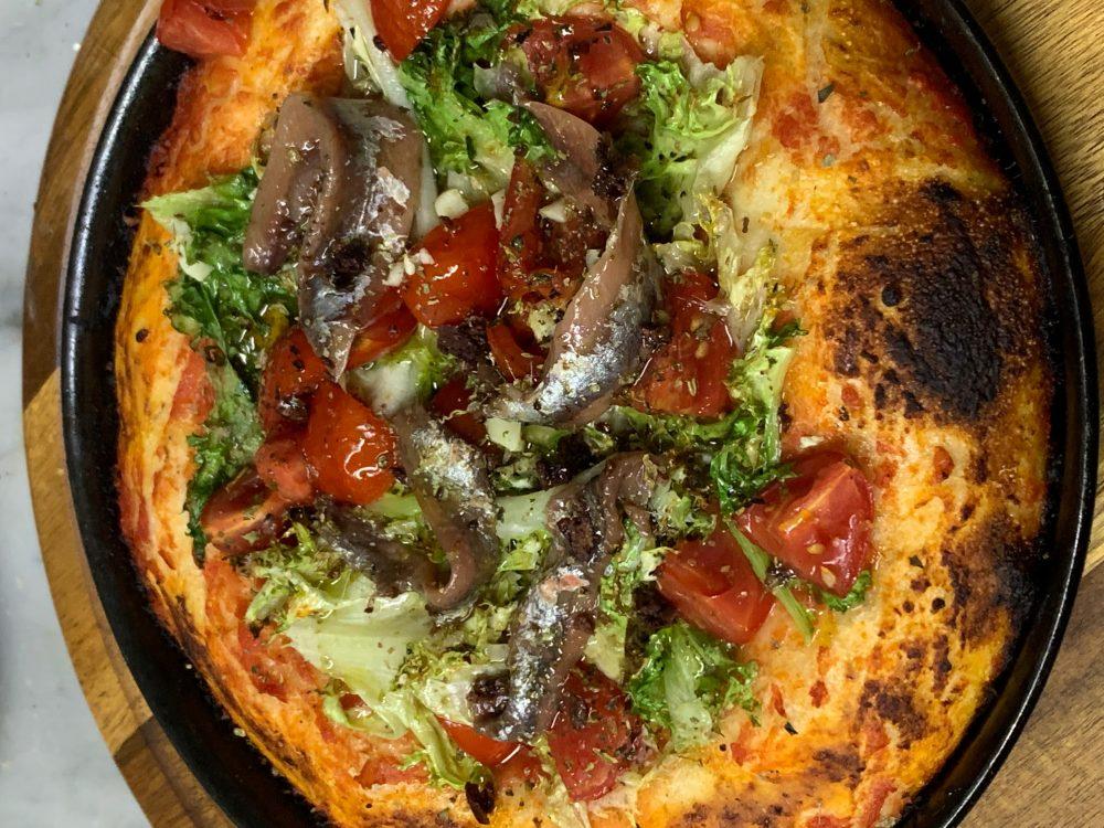Pizzeria Elite - Pizzaiola, pomodoro scarola riccia pomodorini, capperi, olive nere, alici aglio e origano