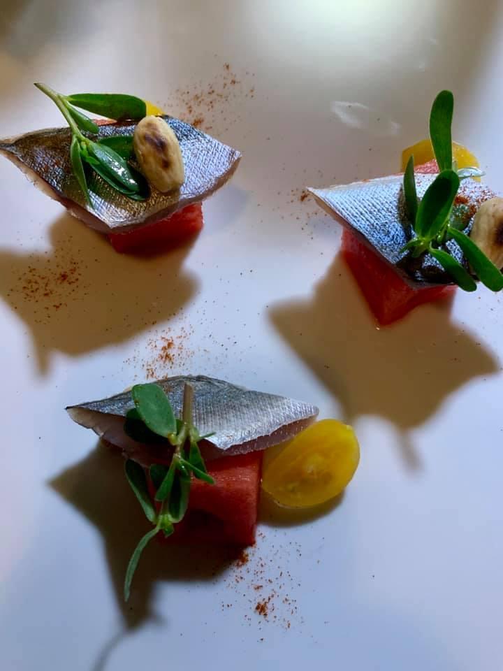 Aquadulcis, filetto di sgombro marinato agli agrumi con insalata di Portulaca, pomodoro, mandorle e anguria piccante