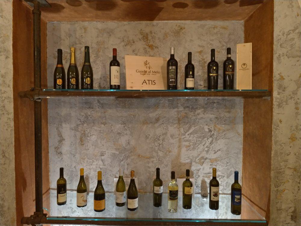 Accussi' - Vetrina con vini