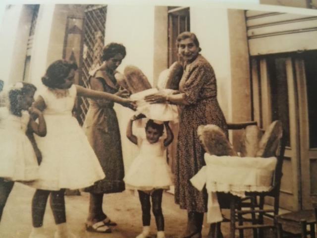 Donne e bambine cepranesi con le cantamesse davanti al vecchio forno (foto scattata tra gli anni Quaranta e Cinquanta